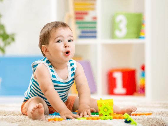 Malý chlapec sa hrá so stavebnicou