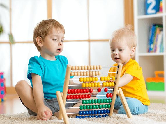 Detičky sa hrajú s počítadlom