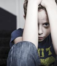 Smutné dieťa sedí na schodoch