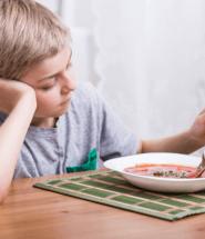 Dieťa sa hrá s jedlom