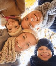 Šťastná rodinka spolu v prírode