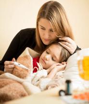 Choré dieťa leží s teplomerom