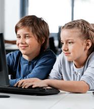 Detičky sa hrajú pri počítači