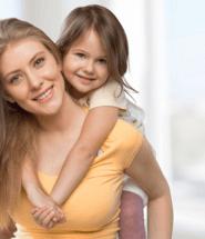 Matka s dcérenkou na chrbte
