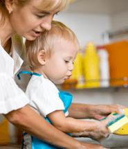 Matka s dieťaťom umýva riad