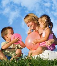 Žena sa hraje so svojimi deťmi v prírode