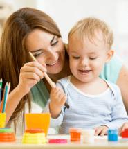 Matka s dieťatkom maľujú na tričko